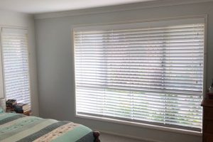 venetian blinds in bedroom long wall